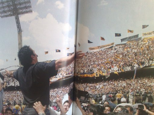 Hugo frente a la Rebel celebrando el campeonato